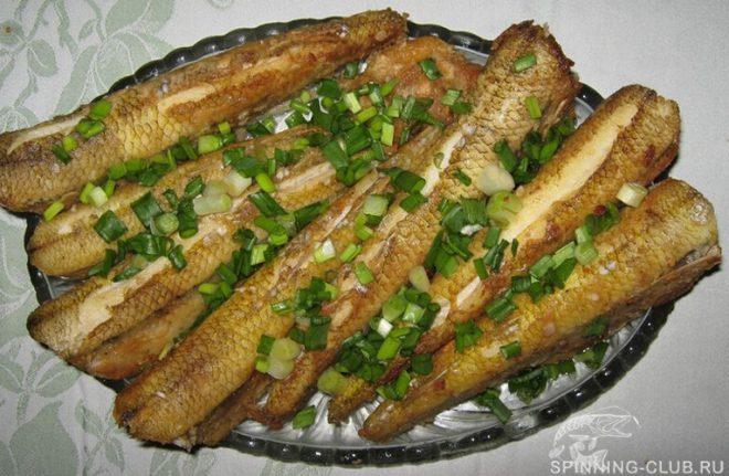 Рецепт жареного жереха на сковороде с луком и в сметане